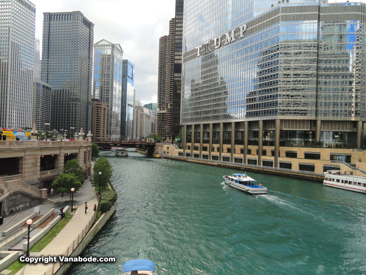 water taxi tours on chicago from boats to see architectural elements of the city
