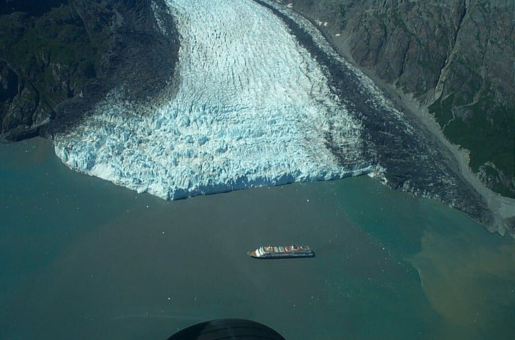 picture of cruise ship in glacier bay alaska