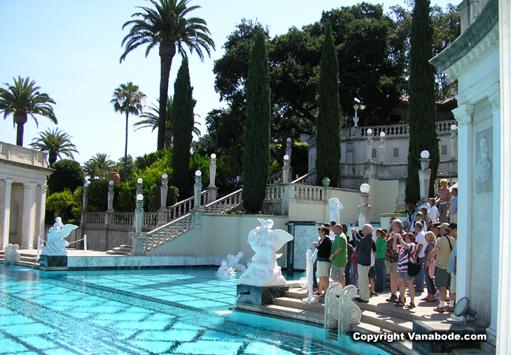picture of tour group at hearst castle neptune pool