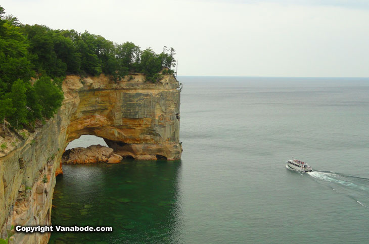 boat tours on lake superior in michigan